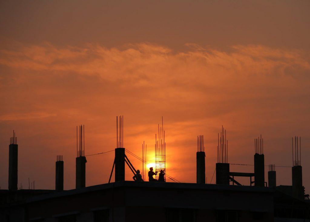 Homens trabalhando na construção