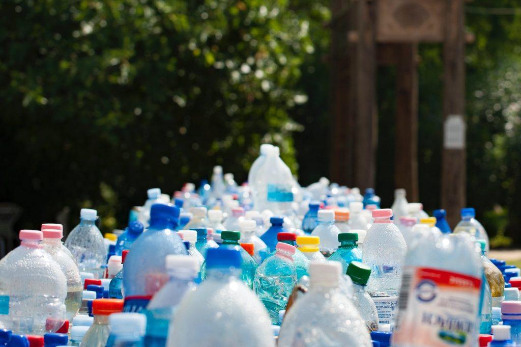 Garrafas de plástico aguardando reciclagem.