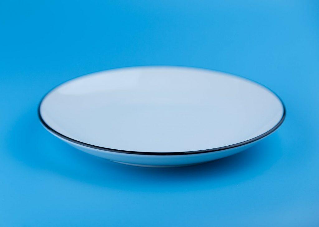 Foto de uma tigela sobre uma mesa azul.